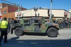 Exército dos EUA Humvee na parada Boston do dia de St Patrick, EUA imagem de stock