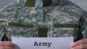 Exército escrito no papel nas mãos do soldado masculino, forças militares, close up filme