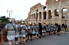 Exército romano perto do colosseum na parada histórica dos romanos antigos imagem de stock royalty free