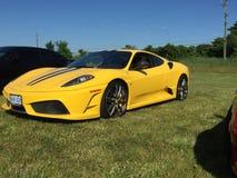 Exótico deportivo amarillo en coches y evento del café en Komoka Ontario fotos de archivo