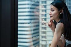 Ex?cutif femelle asiatique faire une pause apr?s travail photos libres de droits