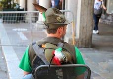 Ex-strijder die en zijn rug zitten tonen tijdens een militaire Italiaanse nationale vergadering stock fotografie