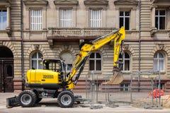 Exacavator amarillo en neuson del wacker del ambiente urbano Fotografía de archivo
