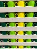 Exakt staplade mångfärgade koppar i rader och kolonner royaltyfria foton