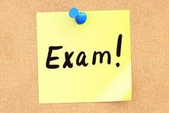exam Text em uma nota pegajosa fixada a um corkboard rendição 3d ilustração royalty free