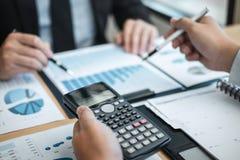 Exame da sessão de reflexão da unidade de negócio no encontro ao funcionamento de projeto planejando e estratégia do negócio que  imagem de stock royalty free