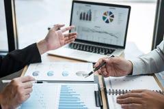 Exame da sessão de reflexão da unidade de negócio no encontro ao funcionamento de projeto planejando e estratégia do negócio que  imagens de stock royalty free
