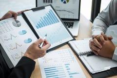 Exame da sessão de reflexão da unidade de negócio no encontro ao funcionamento de projeto planejando e estratégia do negócio que  fotos de stock