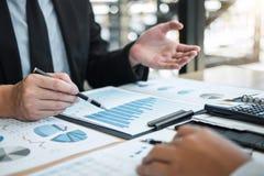 Exame de trabalhos de equipe do negócio junto, de negócio que faz a conversação com projeto da apresentação do sócio em encontrar imagem de stock royalty free