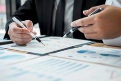 Exame de trabalhos de equipe do negócio junto, de negócio que faz a conversação com projeto da apresentação do sócio em encontrar fotos de stock royalty free