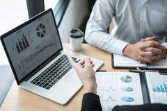 Exame de trabalhos de equipe do negócio junto, de negócio que faz a conversação com projeto da apresentação do sócio em encontrar imagem de stock