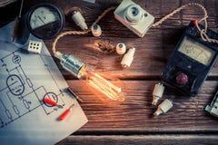 Exame do fluxo da corrente elétrica na sala de aula fotografia de stock royalty free