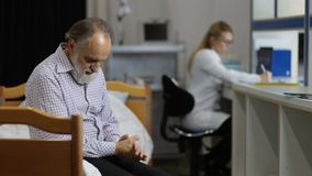 Exame médico de espera paciente ansioso na clínica vídeos de arquivo