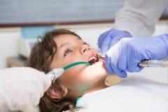 Exame pediatra do dentista dentes dos rapazes pequenos na cadeira dos dentistas Foto de Stock