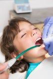 Exame pediatra do dentista dentes dos rapazes pequenos na cadeira dos dentistas Fotografia de Stock