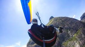 Exame pobre que pilota seu próprio paraglider fotografia de stock