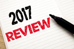 examen 2017 Concept d'affaires pour le compte rendu succinct annuel rédigé sur le carnet avec l'espace de copie sur le fond de li photos libres de droits