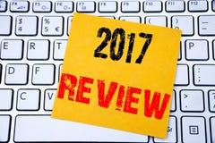 examen 2017 Concept d'affaires pour le compte rendu succinct annuel rédigé sur le papier de note collant sur le fond blanc de cla Photos stock
