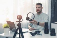 Examen d'écouteur d'enregistrement de blogger de technologie devant la caméra à la maison photo libre de droits