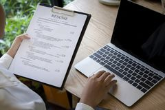 Examen d'homme d'affaires le sien application de résumé sur le bureau, ordinateur portable, chercheur d'emploi image libre de droits