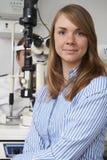 Examen d'oeil femelle de Giving Male Client d'opticien Photo libre de droits