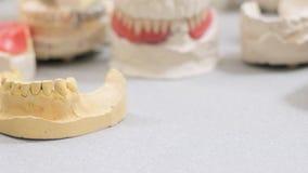 Examen de dentaduras en el laboratorio dental metrajes