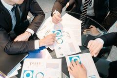 Examen de données de diagramme de document de discussion d'affaires photographie stock libre de droits