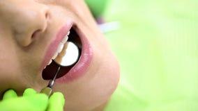 Examen de examen de foreteeth de dentiste avec le miroir de bouche, art dentaire préventif images libres de droits