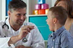 Examen de la garganta en la oficina del pediatra Foto de archivo