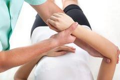 Examen de la mano herida Imagen de archivo libre de regalías