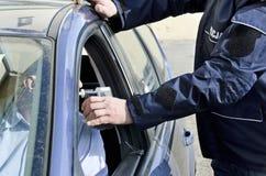 Examen de la sobriedad de un policía Imagen de archivo libre de regalías