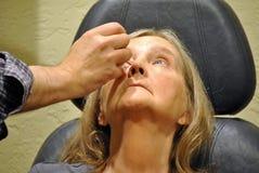 Examen de la vue à l'intérieur d'une clinique Image libre de droits