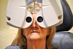 Examen de la vue à l'intérieur d'une clinique Images stock