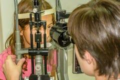 Examen de la vue d'enfant photo libre de droits