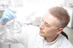 Examen de Laboratory de chimiste images libres de droits