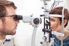 Examen de ojo con la lámpara de la raja Imágenes de archivo libres de regalías
