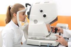 Examen de ojo oftálmico del gabinete Imagenes de archivo