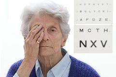 Examen de ojos mayor de la señora imágenes de archivo libres de regalías