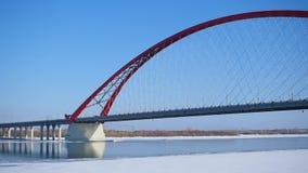 Examen de pont câble-resté moderne au-dessus de la rivière clips vidéos