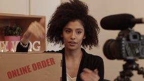 Examen de produit de tir de Vlogger de son ordre en ligne banque de vidéos