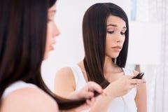 Examen de su pelo dañado Imagenes de archivo