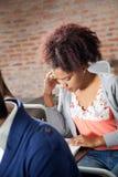 Examen de Thinking While Giving del estudiante en sala de clase Fotografía de archivo libre de regalías