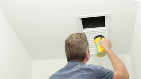 Examen de un pequeño tubo de aire con una linterna almacen de metraje de vídeo