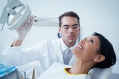 Examen dentaire de attente de sourire de femme photographie stock