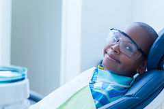 Examen dentaire de attente de sourire de garçon Photographie stock libre de droits