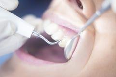 Examen dentaire de bouche patiente de dentiste images stock