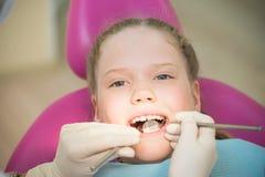Examen dentaire, petit enfant dans la clinique dentaire Photos libres de droits