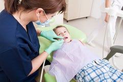 Examen dental periódico para el concepto de los niños Fotos de archivo libres de regalías