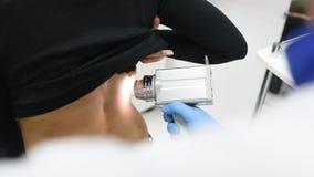 examen des tâches de naissance et des taupes le docteur examine la taupe patiente du ` s banque de vidéos