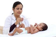 Examen du nouveau-né par la femme de docteur photo stock